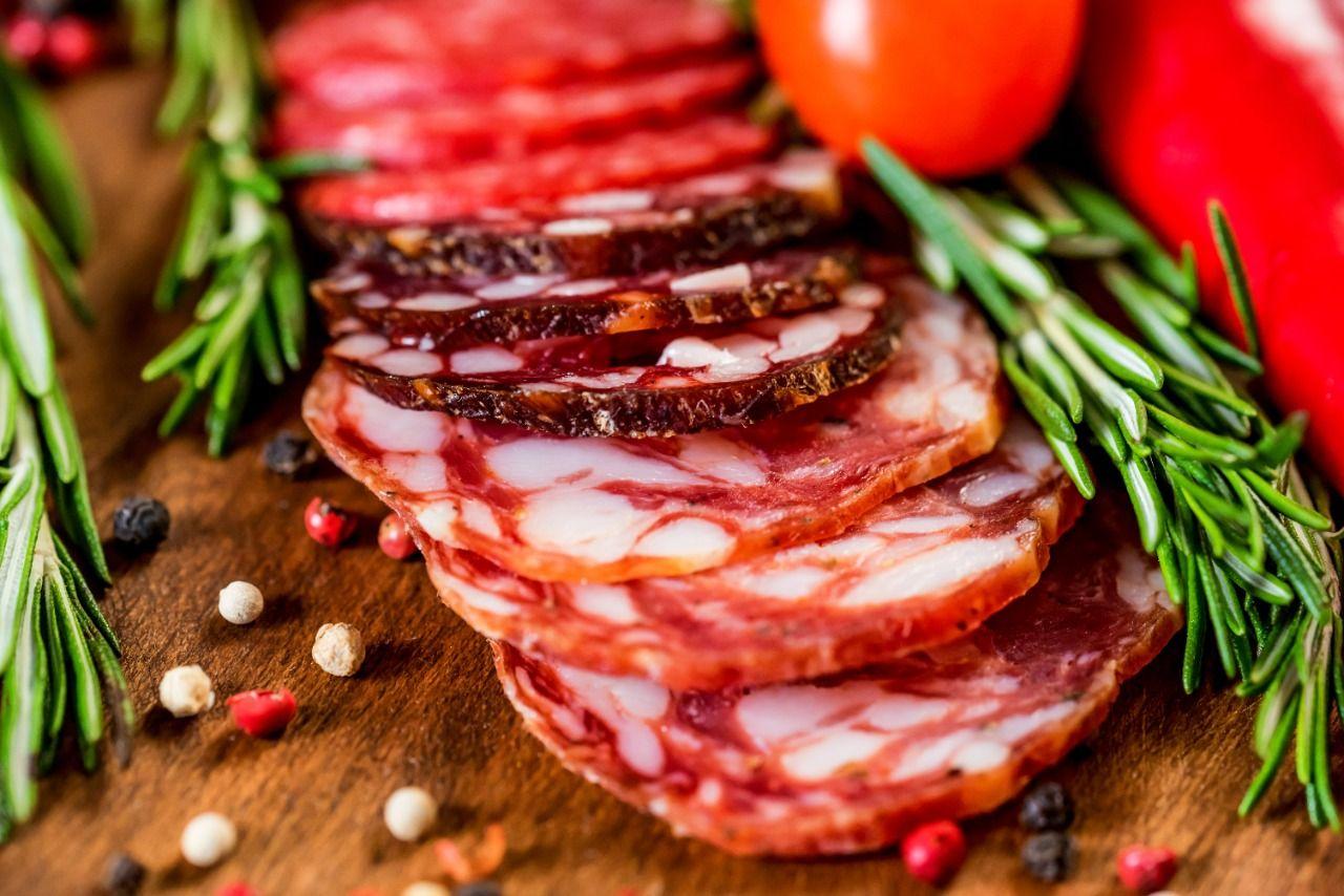 Como funciona o processo de defumação de embutidos? Conheça técnica que realça o sabor dos alimentos tradicionalmente defumados