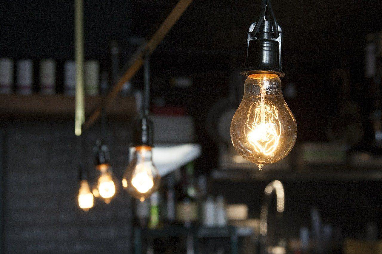 Enel Distribuição São Paulo troca lâmpadas usadas por LED em ações para moradores dos municípios de Itapevi e Jandira
